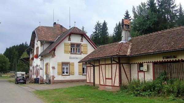 Stationsgebäude am Weg