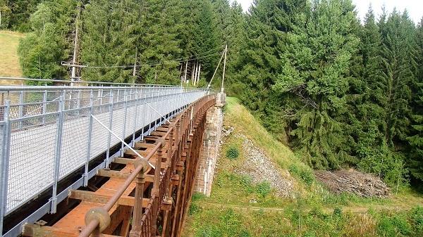 Der Weg führt über eine ehemalige Bahnbrücke