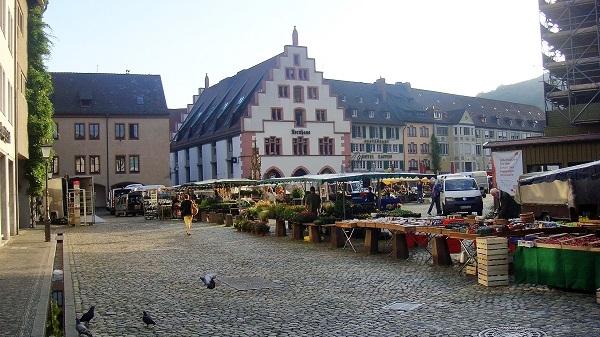 In Freiburg werden die Marktstände aufgebaut