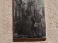 Alte Fotos an Hauswänden in der Altstadt