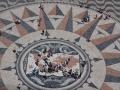 Windrose-Mosaik vor dem Entdecker-Denkmal
